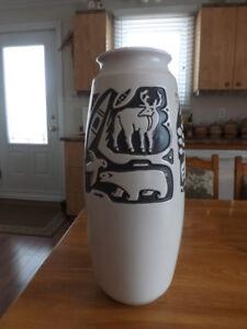 """Céramique de Beauce, Vase """"SKIMO""""  C-213 , 17"""" de hauteur."""