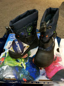 Kids winter boots size 5 brand new