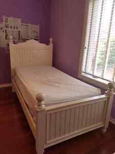 Ensemble de chambre à coucher: lit, matelas, commode et bureau