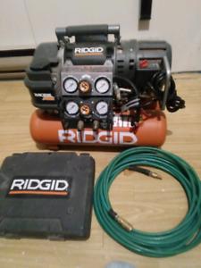 Compresseur ridgid avec hose et cloueuse