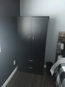 Commide/armoire noir comme neuve