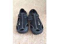 Boys Nike sandals (size 8.5)