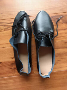 New black leather Oxford lace-up shoes