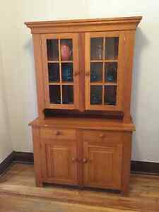 Beautiful Solid Oak Dining Room 2 Piece China Hutch