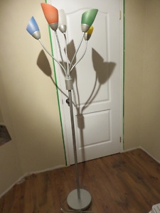 Lampe sur pied métallique avec 5 lumières