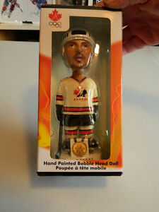 1bobble head yzerman--1 fig tiger wood.( neuve) a voir.