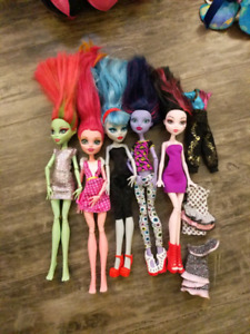 Monster High dolls, car and stage