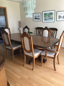 Beautiful solid oak table with 6 matching chairs