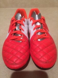Youth Nike Outdoor Soccer Cleats Size 4 London Ontario image 5