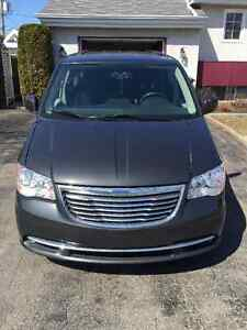2012 Chrysler Town & Country Stow & Go Camionnette