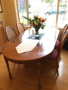 ***BEAUTIFUL FRANCESCA DINING ROOM TABLE and CHAIRS***