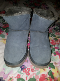 b783796d31 Ugg boots size 5