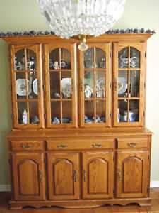 ***GORGEOUS SOLID WOOD DINNING SET***