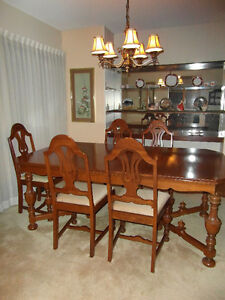 Elegant 1920s American Walnut Dining Room Table and 6 Harp Backe