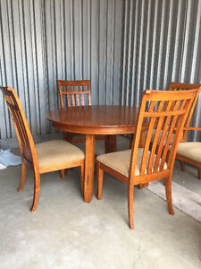 sold oak table w/ 6 chairs