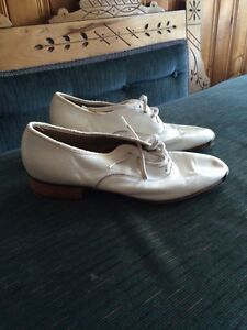 Tap shoes and clogging shoes
