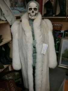 Vintage clothing, jewelry, collectibles 1000 booths full