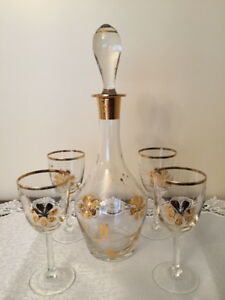 Decanter with 4   Wine Glasses just Beautiful ,mint condition