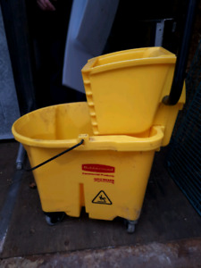 5 mop buckets with ringer