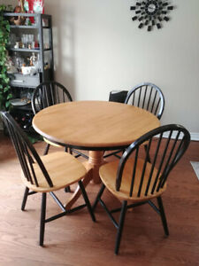 Round Dinning Table with Chairs
