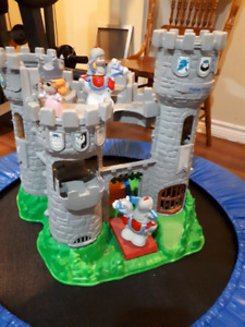 Super Fun Castle with Princess , 2 knights and 2 horses