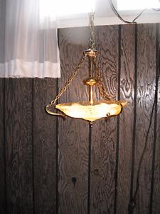 Lampe suspendue fonctionnelle à 3 ampoules de 60 Watts.