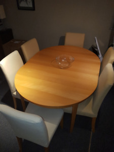 DINING ROOM TABLE AND 6 CHAIRS IN EXCELLENT CONDITION