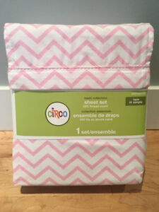 NEW Pink and White Twin Bedsheet Set - $15