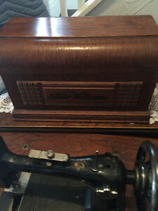 ANTIQUE SEWING MACHINE IN MINT CONDITION
