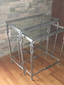 2 tables consoles-gigognes.
