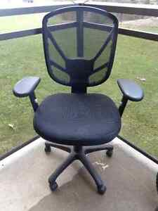 Very confortable Desk Chair in excellent condition for sell.  we