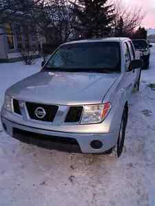 Selling my nissan frontier crewcab truck nice and clean