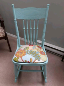 BEAITIFUL ANTIQUE ROCKER