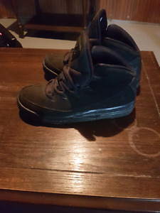 Size 7 mens solid black Jordans hitop shoes