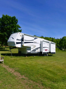 2005 Coachman Sommerset 5th wheel trailer.