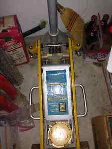 Powe rFist 2 1/2 hydraulic floor jack