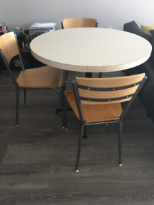 High quality- 3 chairs and 2 bar stools, FREE TV and Table
