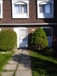 BEAUTIFUL  CONDO TOWNHOUSE 1.5KM  FROM FAIRVIEW POINTE-CLAIRE