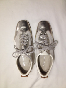 New Nine West Ladies Leather Sneakers Size 5.5 med