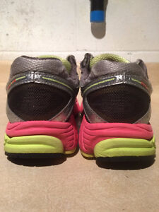 Women's New Balance 860 V4 Abzorb Running Shoes Size 7.5 London Ontario image 2
