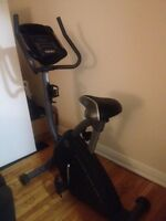 Stationary bicycle / vélo stationnaire Gold's Gym