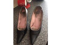 Ladies TV CD INTREST SZ 8 well worn stilettos court shoe style