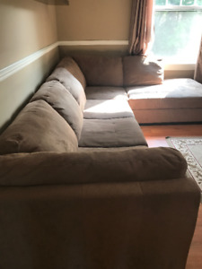 COUCH FOR SALE - (Chateauguay)