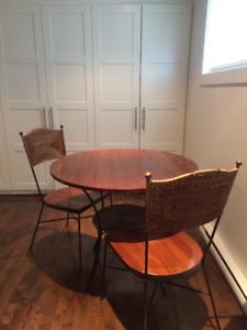 Table ronde pour coin dînette avec 2 chaises