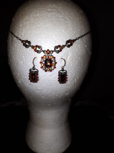 "Very Pretty ""Vintage Looking"" Necklace & Earring Set"