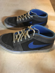 SELLING: Nike Sneakers Size 10.5