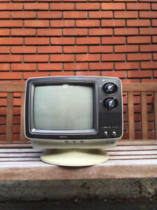 Very Cool Vintage 1976 Toshiba Blackstripe TV