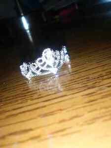 Crown ring, never worn. Cambridge Kitchener Area image 1