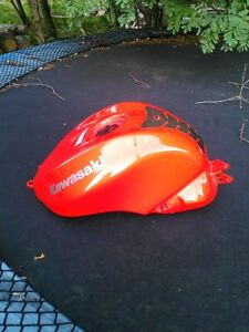 KAWASAKI NINJA ZX10R FUEL/GAS TANK  2004-2007 FROM  A 2005 Windsor Region Ontario image 2