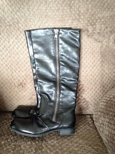 Ladies black boots size. 5m   OBO Asking $10.00